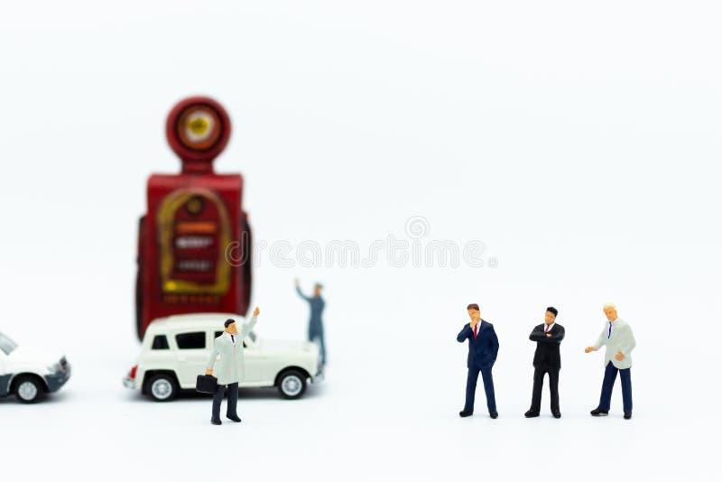 Personnes miniatures : homme d'affaires et travailleur avec la pompe de station service Utilisation d'image pour l'investissement images stock
