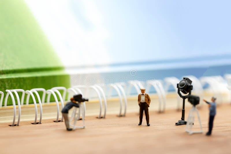 Personnes miniatures : journalistes, cameraman, Videographer au travail images stock
