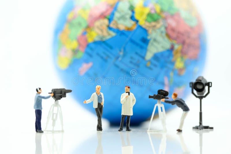 Personnes miniatures : journalistes, cameraman, Videographer au travail photos libres de droits