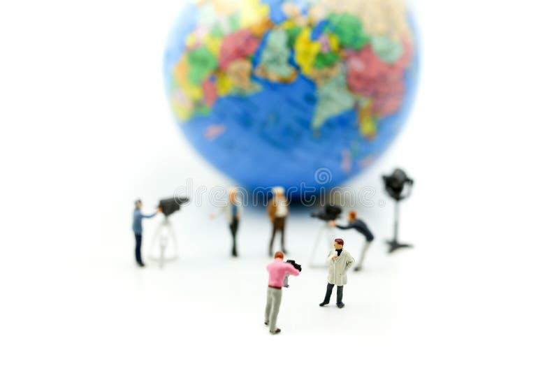 Personnes miniatures : journalistes, cameraman, Videographer au travail photo stock