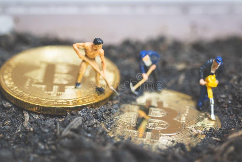 Personnes miniatures : La terre de creusement d'équipe de travailleur pour découvrir le grand shi photographie stock