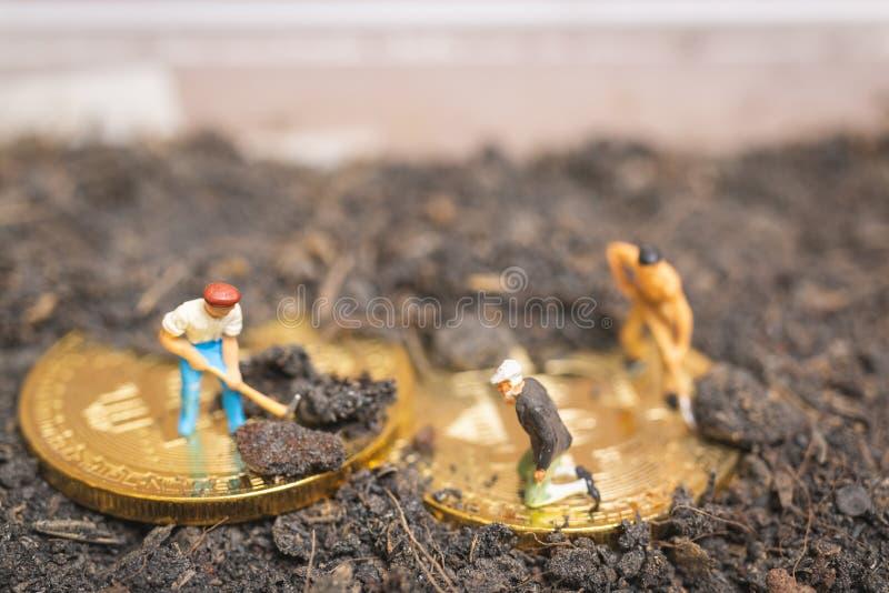 Personnes miniatures : La terre de creusement d'équipe de travailleur pour découvrir le grand shi images libres de droits