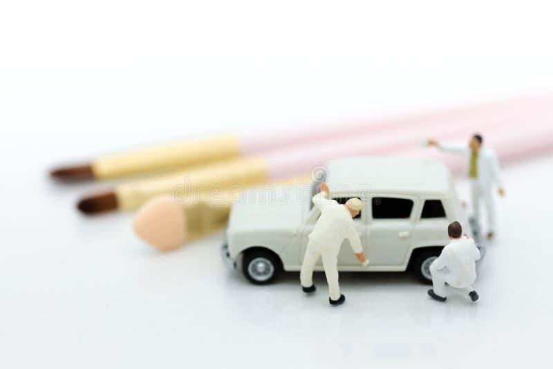 Personnes miniatures : Le travailleur composent la voiture Utilisation d'image pour le nettoyage et l'entretien, concept d'autoca photographie stock libre de droits