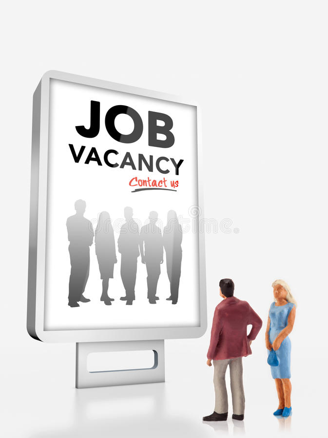 Personnes miniatures - les gens se tenant devant un panneau d'affichage de recrutement du travail photos stock