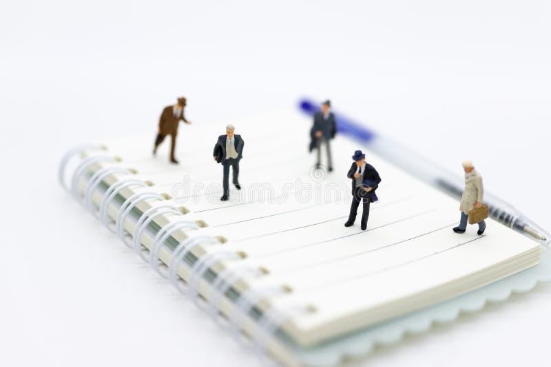 Personnes miniatures : Les surveillants recherchent des employés pour la mise en place d'offres, utilisant comme le choix de fond photo libre de droits