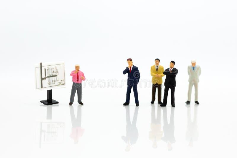 Personnes miniatures : Procédé de travail de planification d'homme d'affaires L'utilisation d'image pour trouver la solution/réso photo stock