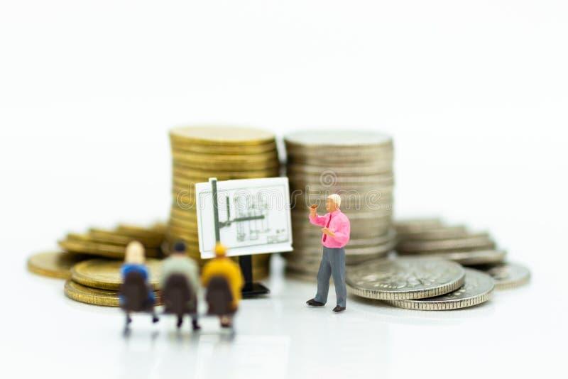 Personnes miniatures : Procédé de travail de planification d'homme d'affaires Utilisation d'image photos stock