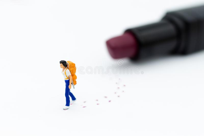 Personnes miniatures : Promenade de touristes de femmes sur la trace de rouge à lèvres Utilisation d'image pour des femmes avec l photo libre de droits