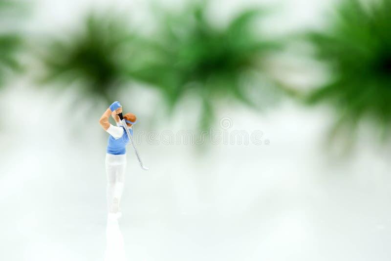 Personnes miniatures : support de golfeur avec le fond d'arbre photos libres de droits