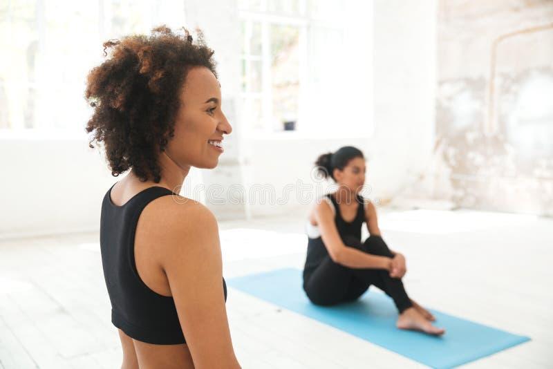Personnes multi-ethniques dans le studio de yoga image stock