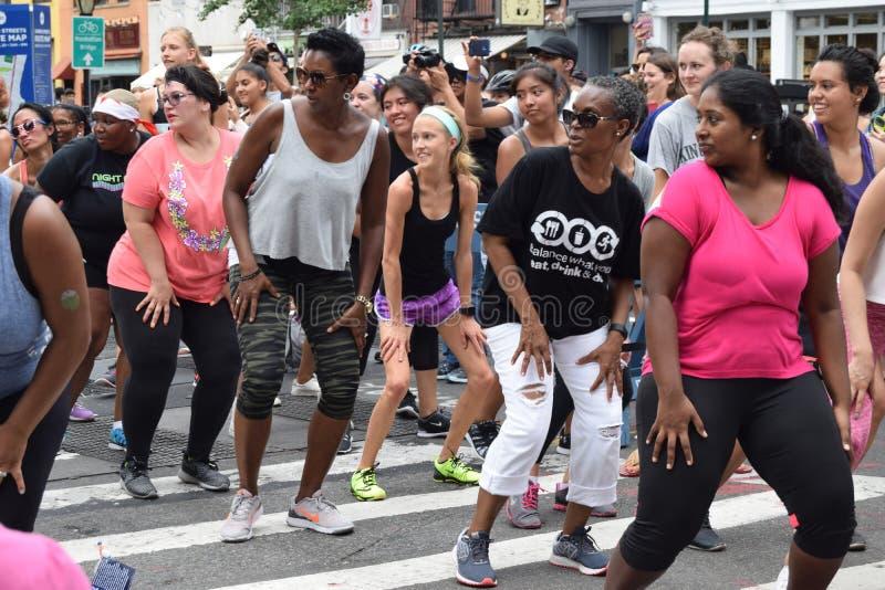 Personnes multi-ethniques faisant la forme physique de zumba à New York photos stock