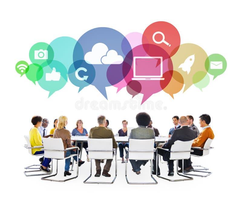 Personnes multi-ethniques lors d'une réunion avec des symboles sociaux de media images libres de droits