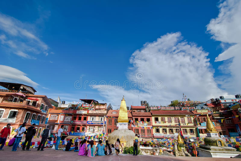 Personnes népalaises et touristes et pèlerins étrangers visitant le tombeau bouddhiste Boudhanath Stupa Le Népal, Katmandou photo libre de droits