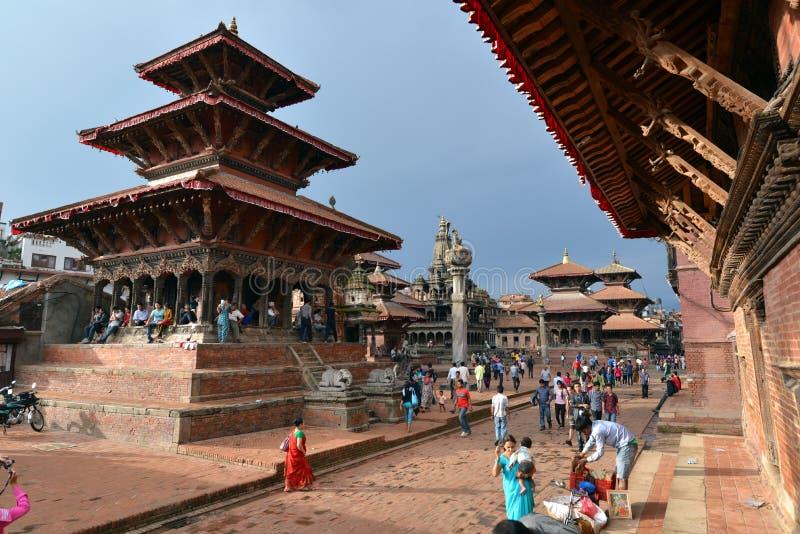 Personnes népalaises sur les rues de Patan photo stock