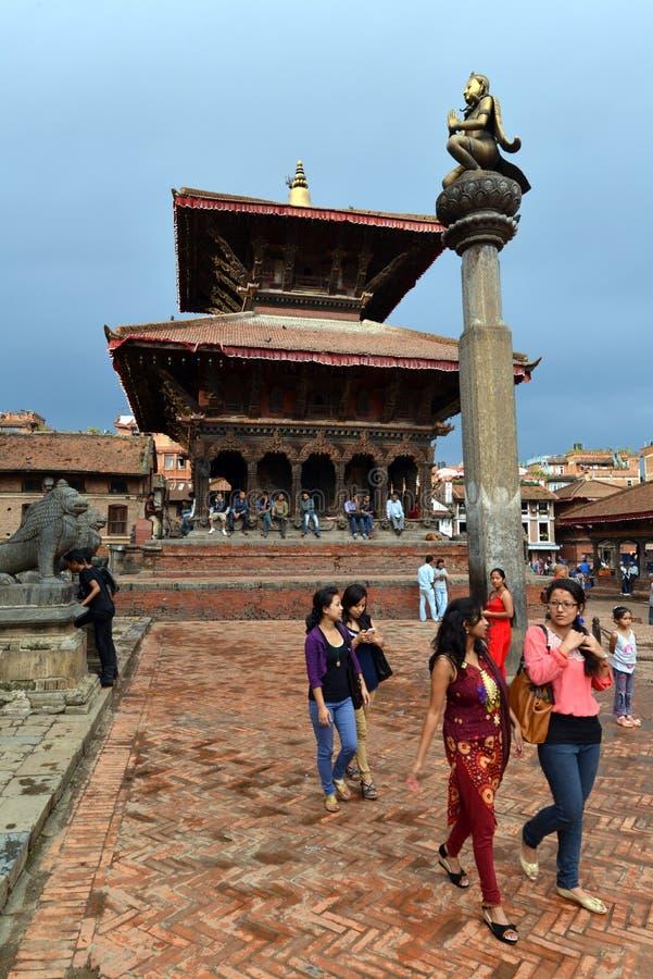 Personnes népalaises sur les rues de Patan photographie stock
