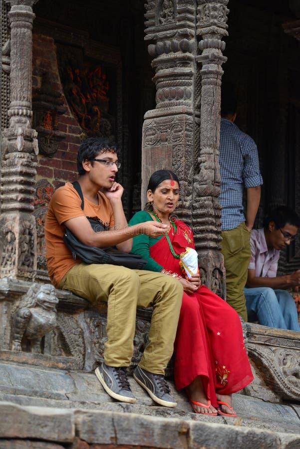 Personnes népalaises sur les rues de Patan photos stock