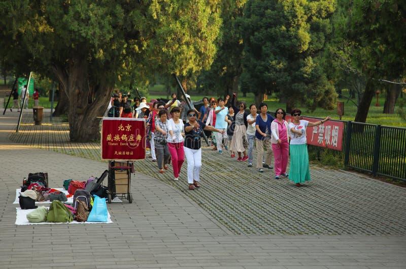 Personnes non identifiées dansant la danse tibétaine dans Pékin image libre de droits