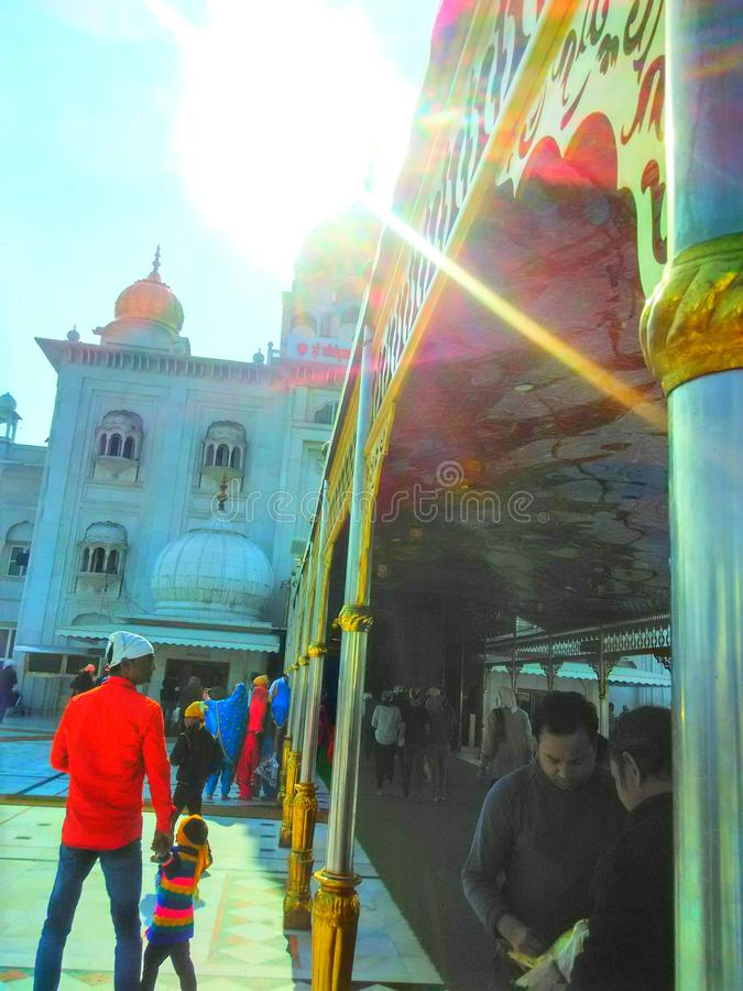 Personnes non identifiées de sahib de bangla de vue de lever de soleil à l'enterance la Nouvelle Delhi de gurudwara de sahib de b image stock