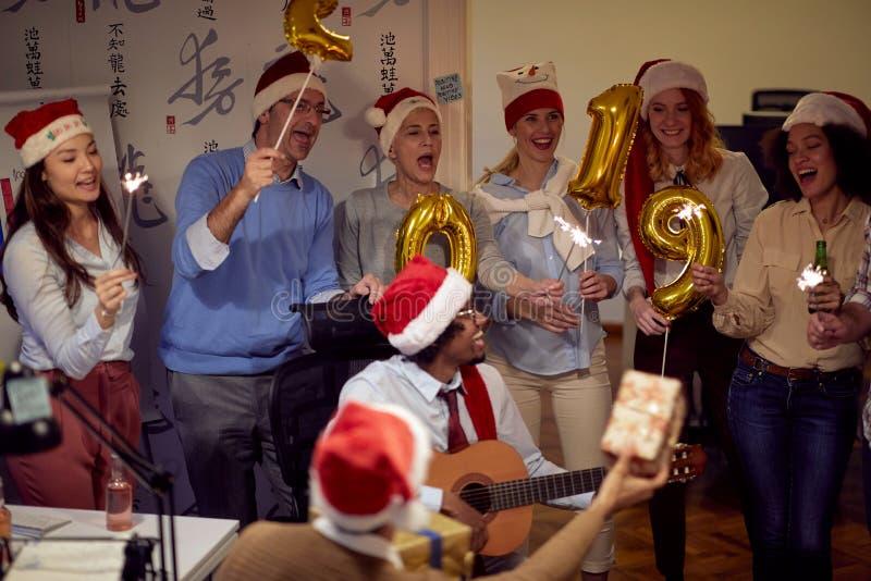 Personnes réussies de groupe d'affaires dans le chapeau de Santa à la partie de Noël images stock