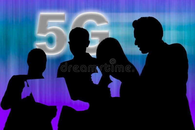 4 personnes regardant l'ordinateur portable et soulevant le pouce pour le résultat du réseau 5G images stock