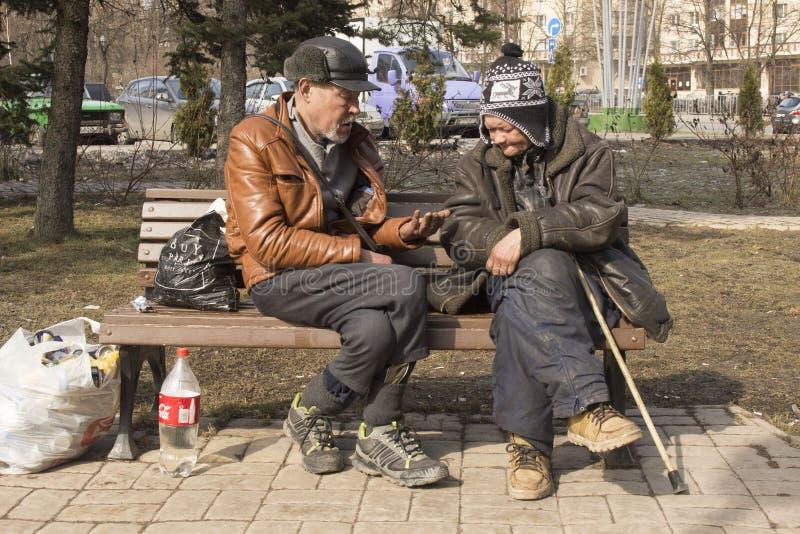 Personnes sans abri sur la rue Pauvreté dans le tiers monde La femme et l'homme vivent sur la rue image libre de droits