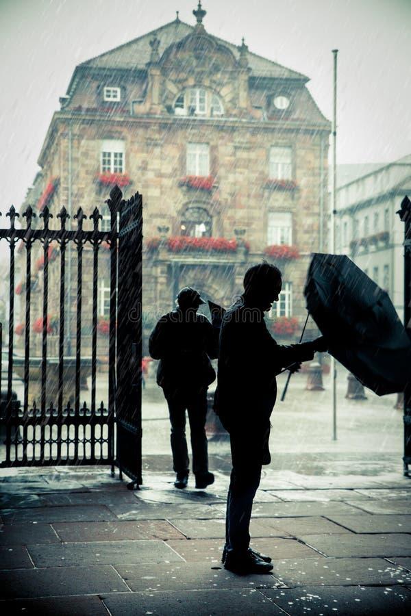 Personnes silhouettées par scène de jour pluvieux image libre de droits