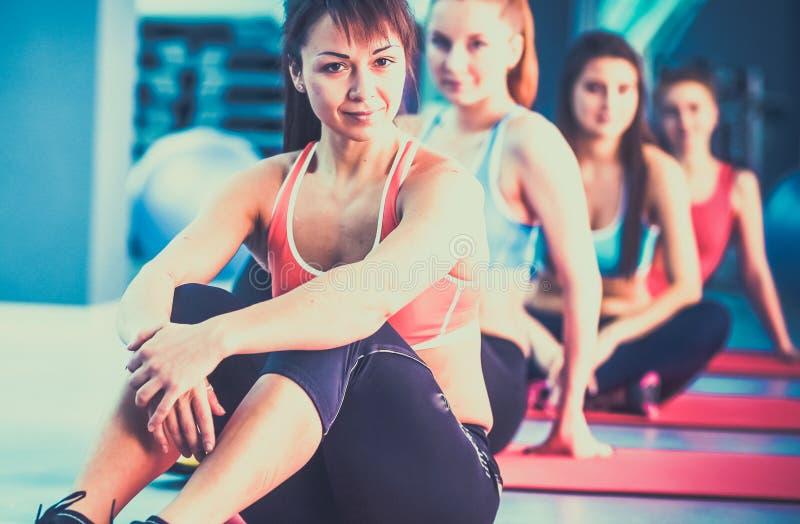 Download Personnes Sportives S'asseyant Sur Des Tapis D'exercice à Un Studio Lumineux De Forme Physique Image stock - Image du verticale, mâle: 87701015