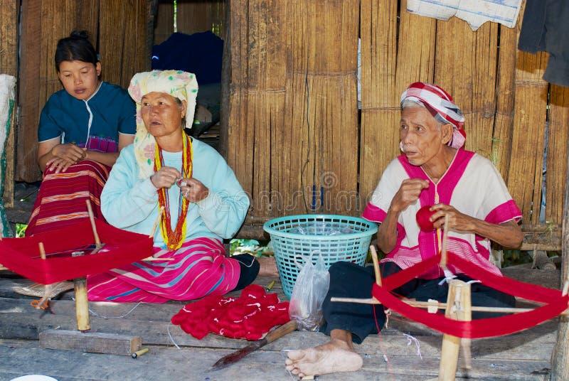 Personnes supérieures de la tribu blanche de colline de Karen tissant en dehors de leur maison dans Doi Inthanon, Thaïlande images stock