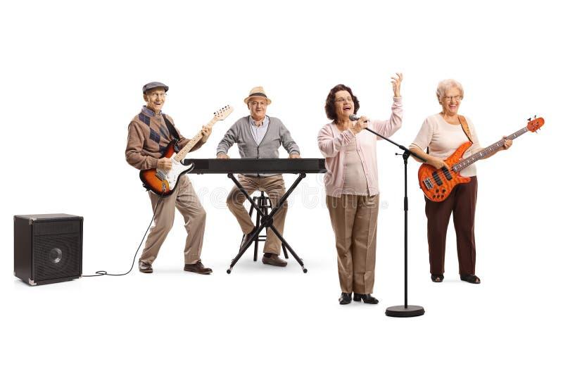 Personnes supérieures jouant dans une bande une dame pluse âgé chantant sur un microphone images stock