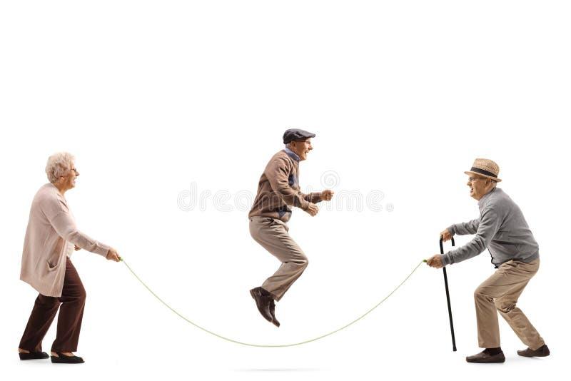Personnes supérieures sautant une corde image libre de droits