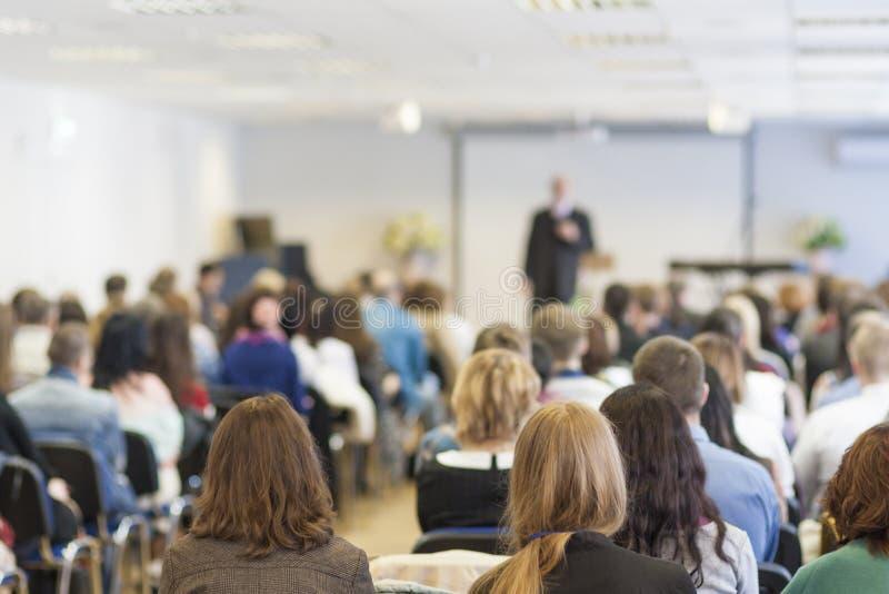 Personnes sur la conférence écoutant le conférencier Vue arrière image libre de droits