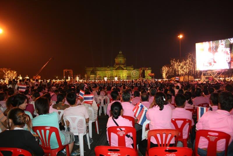 Personnes thaïes à l'anniversaire de rois, Thaïlande. image stock
