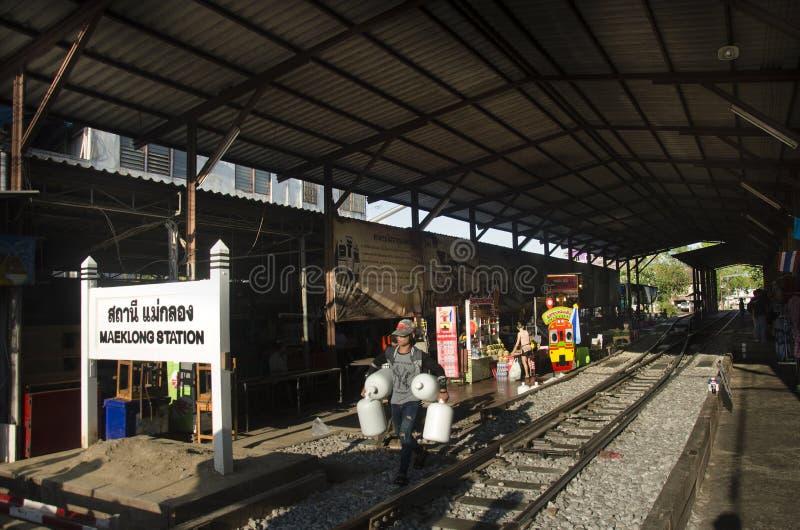 Personnes thaïlandaises asiatiques et voyageurs attendant le train à la gare ferroviaire de klong de Mae photographie stock libre de droits