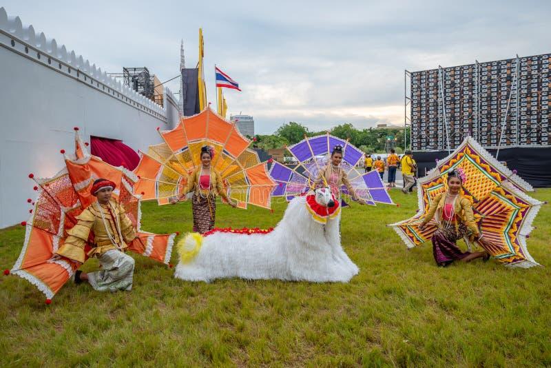 Personnes thaïlandaises dans le custume traditionnel de robe de la représentation traditionnelle thaïlandaise due au couronnement photo stock