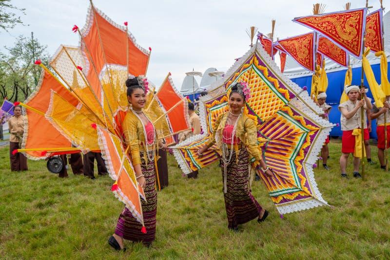 Personnes thaïlandaises dans le custume traditionnel de robe de la représentation traditionnelle thaïlandaise due au couronnement image stock