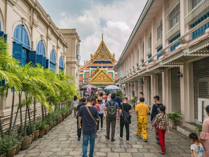 Personnes thaïlandaises ou touriste Unacquainted marchant dans le temple grand de phrakaew de palais et de wat dans la ville Thaï photos libres de droits