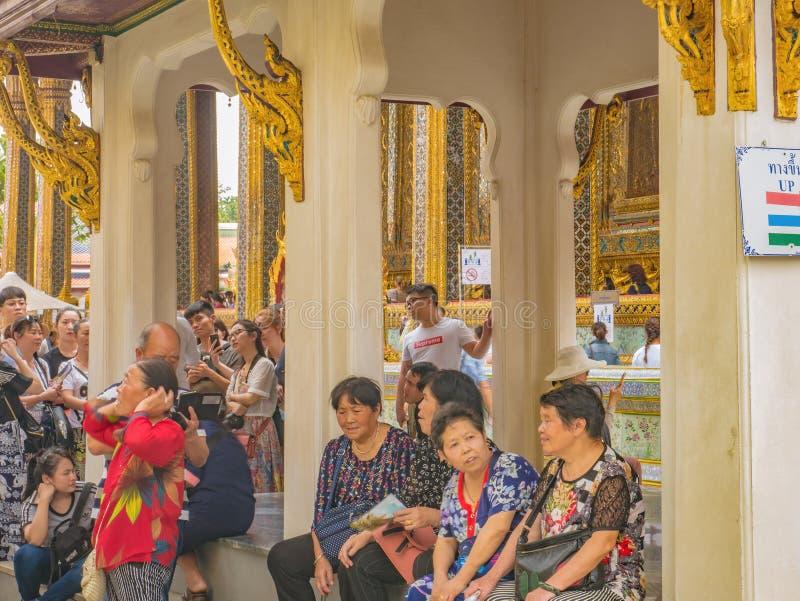 Personnes thaïlandaises ou touriste Unacquainted marchant dans le temple grand de phrakaew de palais et de wat dans la ville Thaï image stock