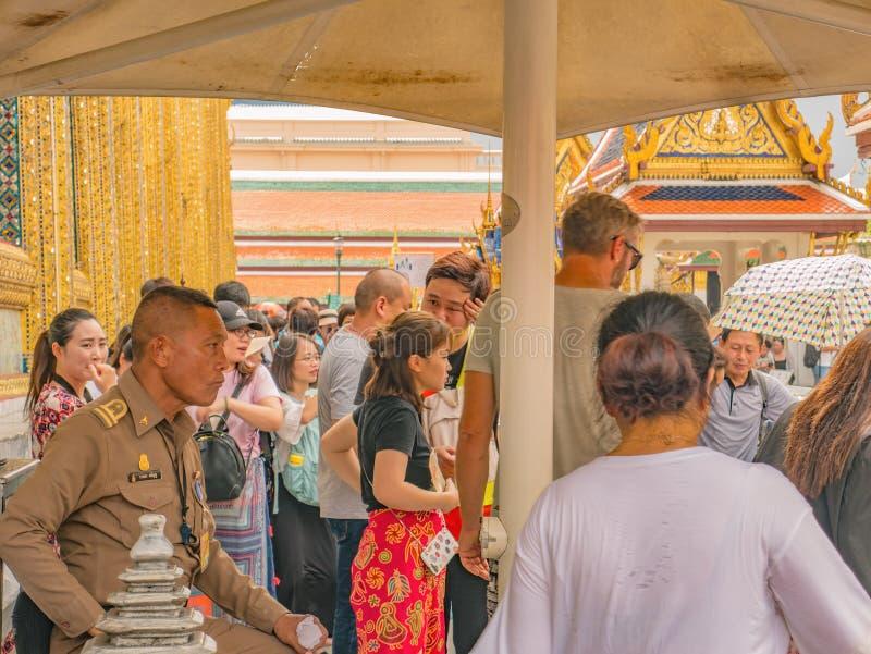 Personnes thaïlandaises ou touriste Unacquainted marchant dans le temple grand de phrakaew de palais et de wat dans la ville Thaï photos stock