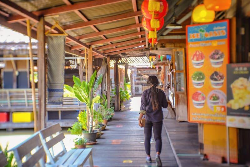 Personnes thaïlandaises Unacquainted marchant sur le marché de flottement de Pattaya Voyage de Chonburi Thaïlande photos stock