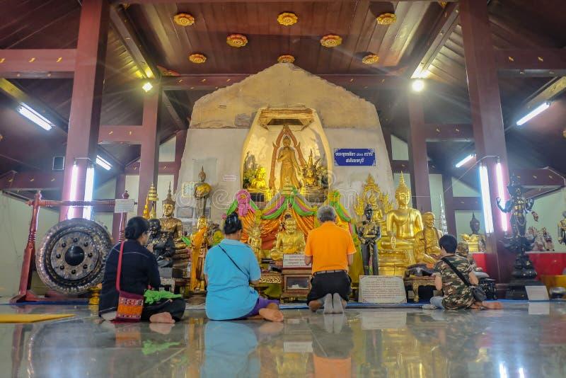 Personnes Unacquainted de la Thaïlande venues à prier la statue de pose de Budhha en Wat Na Phra Men Temple dans la province de P images stock