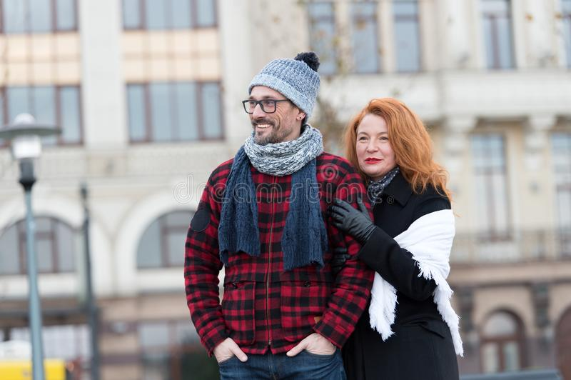 Personnes urbaines sur le fond urbain Penser à l'avenir d'homme et de femme Autobus de attente de ville de couples Femme se tenan photo stock