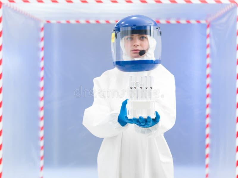Persoon in de beschermende steekproeven van de kostuumholding biohazard royalty-vrije stock afbeelding