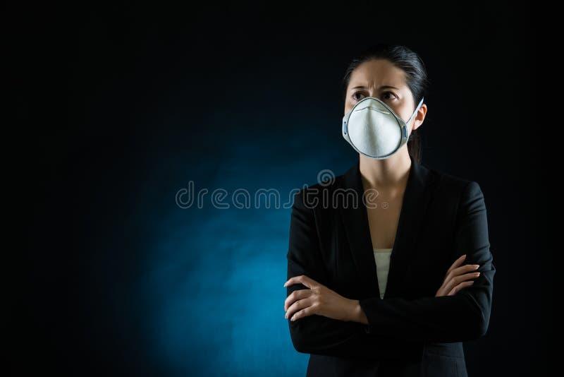 Persoon die beschermend masker draagt tegen besmettelijk stock foto's
