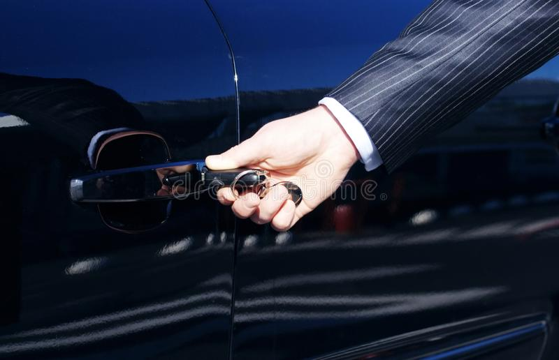 Persoon die de Sleutel van de Auto opneemt stock foto's