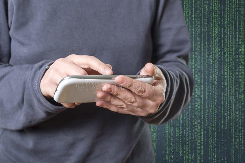 Persoon die een slimme telefoon in diepe webcyberspace met behulp van stock foto's