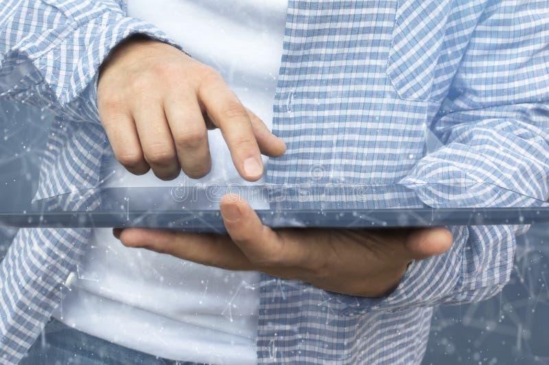 Persoon die een tablet in Webcyberspace gebruiken voor cybermisdadiger royalty-vrije stock foto's
