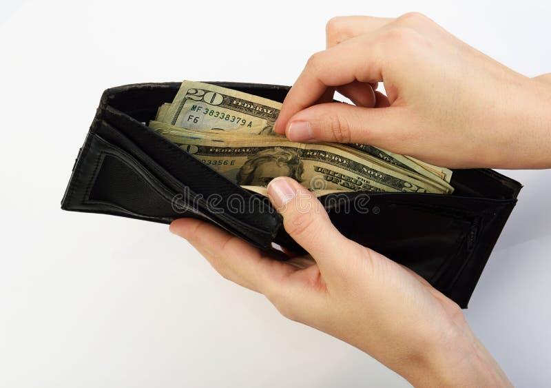 Persoon die geld van portefeuille nemen stock afbeelding