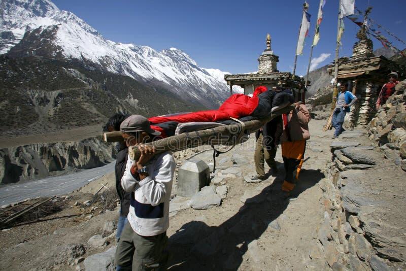Persoon die in het Himalayagebergte wordt gered royalty-vrije stock foto