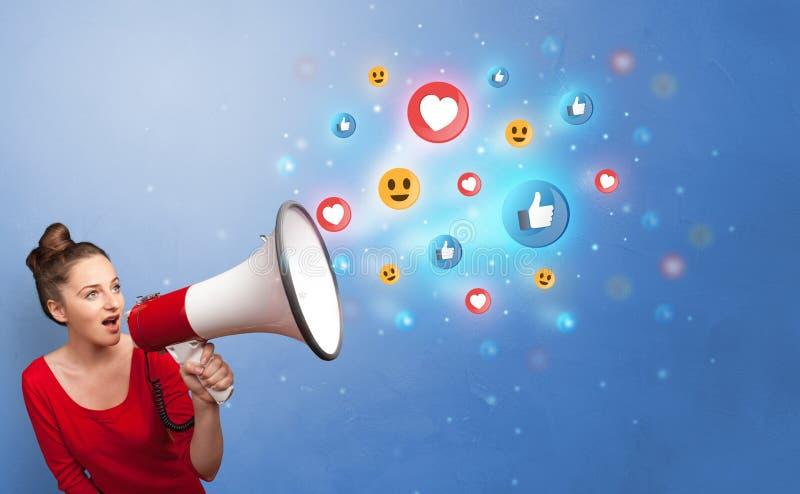 Persoon die in luidspreker met sociaal media concept spreken stock foto