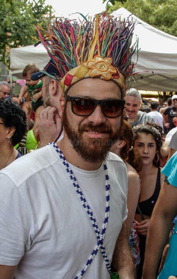 Persoon die met kostuums Braziliaans Carnaval in Sao Paulo vieren stock afbeelding